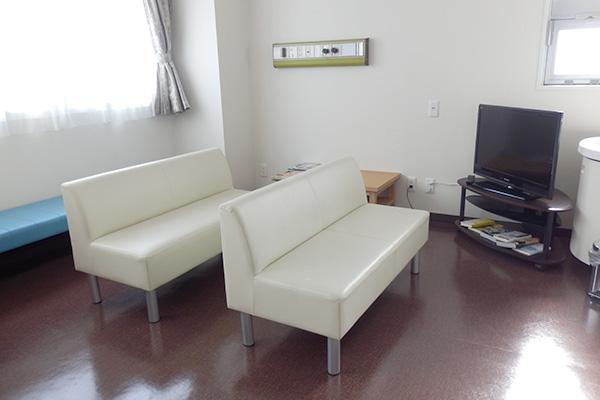 検査当日、来院後3階・4階の待合室などでお待ちいただきます。